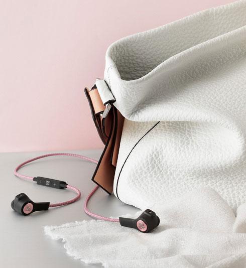 אוזניות בלוטות' אלחוטיות 5 H, עמידות בפני התזת מים ואבק מבית Bang & Olufsen, ב-799 שקל (במקום 1,099 שקל)