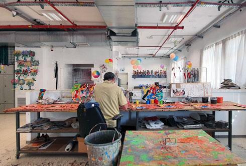 בכל מקום תלויות עבודות שונות בצבעים ניאוניים (צילום: ענת ציגלמן)