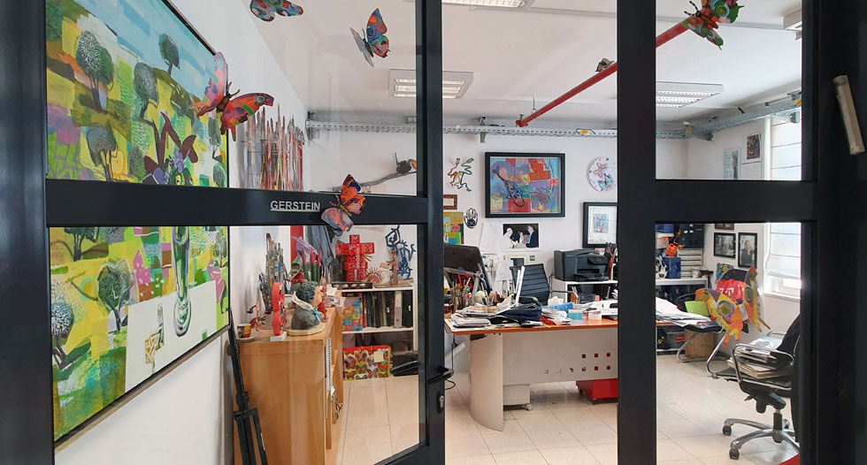 משרדו של גרשטיין במפעל שבאזור התעשייה הר טוב. מעבר למסדרון יש לו סטודיו עצום לציור, וביתר קומות הבניין עובדים האסיסטנטים שלו ופועלי הייצור - 25 בסה''כ (צילום: ענת ציגלמן)