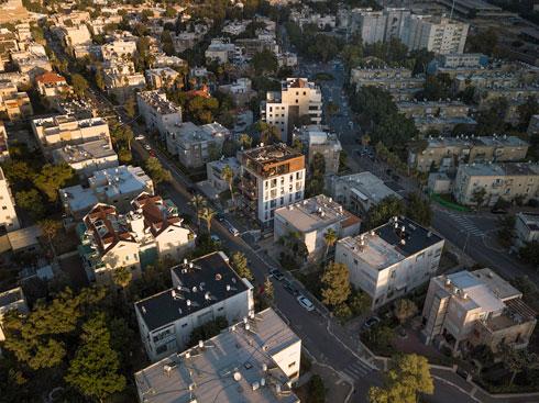 במבט מהאוויר, מתבלט הבניין בן השנתיים על רקע שכונת בת גלים (צילום: ליאור גרונדמן)