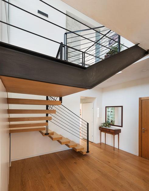 מדוע העדיף דופלקסים? ''יש קסם במדרגות בתוך בית, ואפשר לייצר חללי פנים עשירים ומוארים יותר'' (צילום: ליאור גרונדמן)