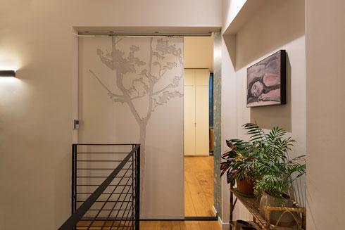 את דלת ההזזה לחדר השינה יצר במו ידיו (צילום: ליאור גרונדמן)