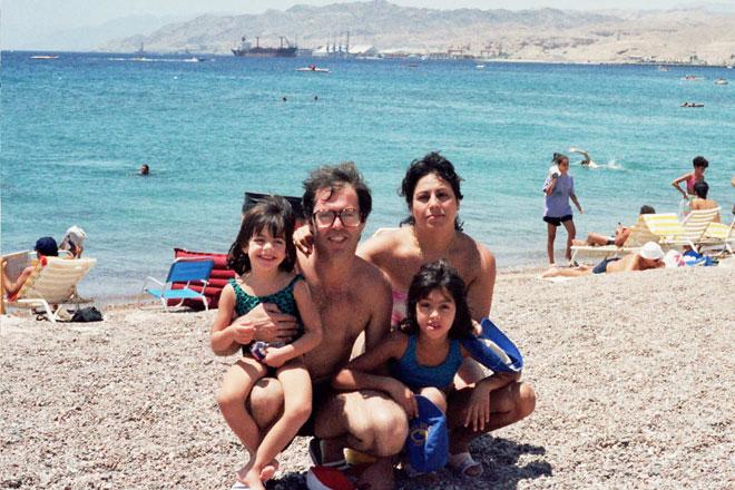 """""""זה היה בית יצירתי"""". ענבל גבור ומשפחתה בילדותה  (צילום: אלבום פרטי)"""
