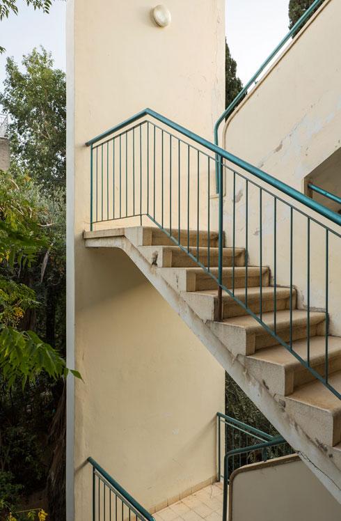 גרמי המדרגות החיצוניים מתבלטים גם היום (צילום: אביתר הרשטיק)