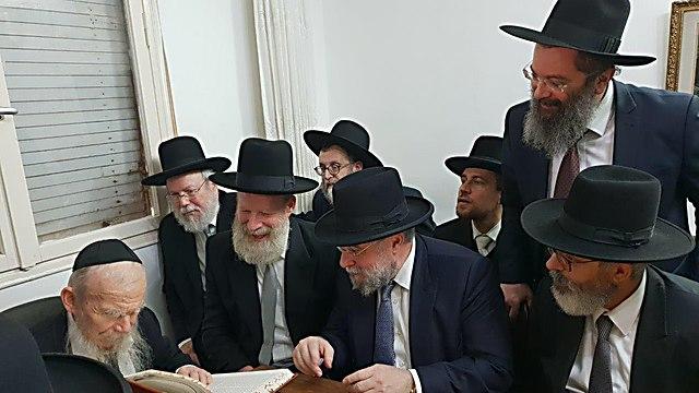 הרב אדלשטיין ורבני אירופה (צילום: אלי איטקין)