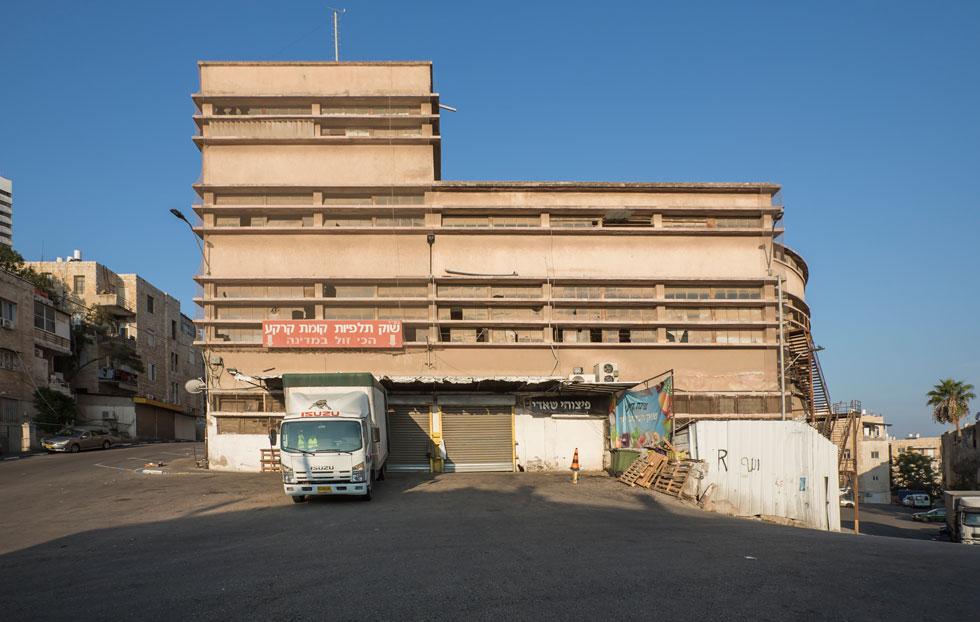 שוק תלפיות, בהדר הכרמל, אופייני לסגנון הבינלאומי באדריכלות ששלט באותה תקופה (צילום: אביתר הרשטיק)