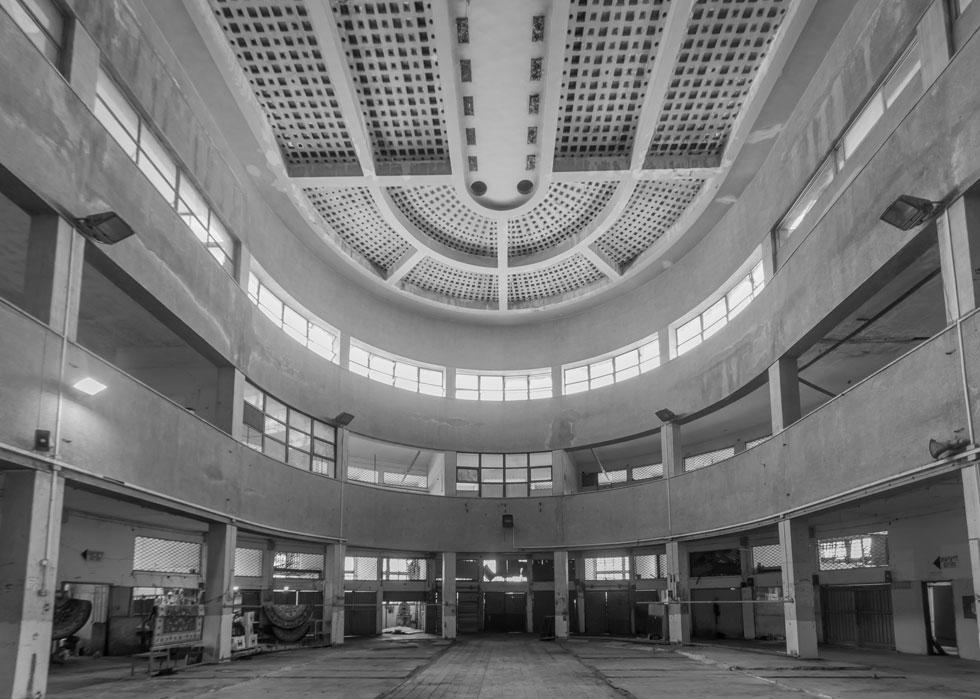 האולם הענק שבלב הבניין מתנשא לגובה של שלוש קומות גבוהות, ומואר באור טבעי החודר בעיקר מבעד לתקרתו המורכבת מלבני זכוכית (צילום: RnDmS/Shutterstock)