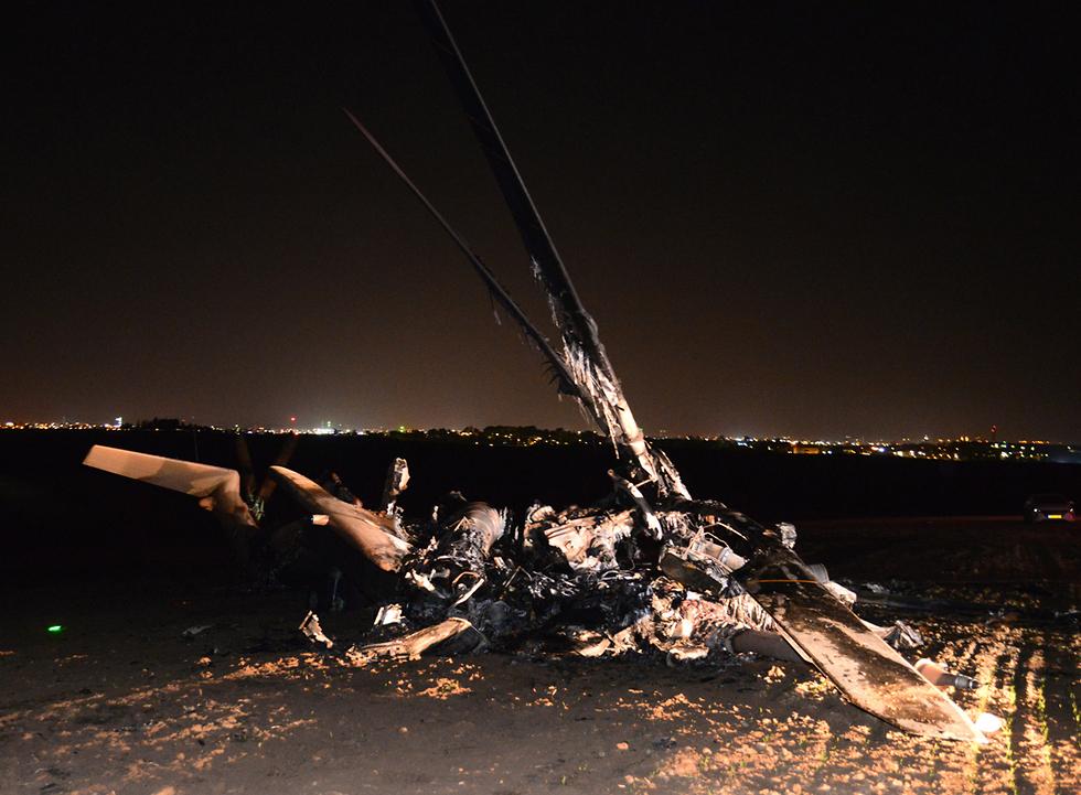 """Сгоревший """"Ясур"""". Фото: Герцль Йосеф (צילום: הרצל יוסף)"""