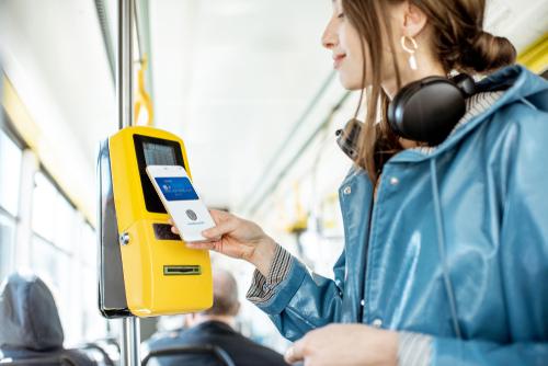 Оплата проезда с помощью приложения. Фото: shutterstock (Оплата проезда с помощью приложения. Фото: shutterstock)