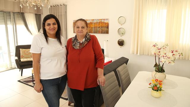 ציפי צ'רני ובתה שגרות בפרויקט נאות פרס חיפה (צילום: גלעד גרשגורן)