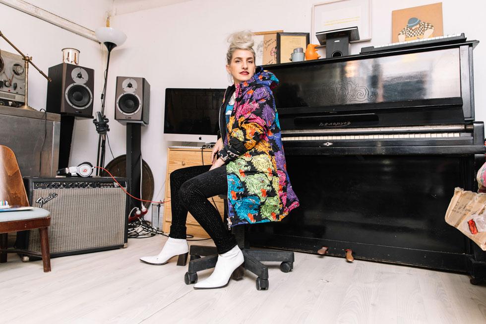 """""""עברו הרבה שנים עד שלמדתי להרגיש בנוח עם גיטרה, כי לא הייתי גיטריסטית טובה. הסתמכתי על השירה שלי. גיטרה היא סקס, ויש בה משהו גברי. אישה יוצרת צריכה למצוא את הצד הגברי שלה כדי להיות גיטריסטית טובה"""". בסטודיו הביתי (צילום: עדי סגל)"""