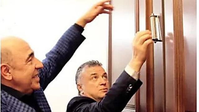 מירילשווילי (מימין) ורבינוביץ׳ ליד המזוזה על דלת הפרלמנט האוקראיני (צילום: ולדימיר כצמן)