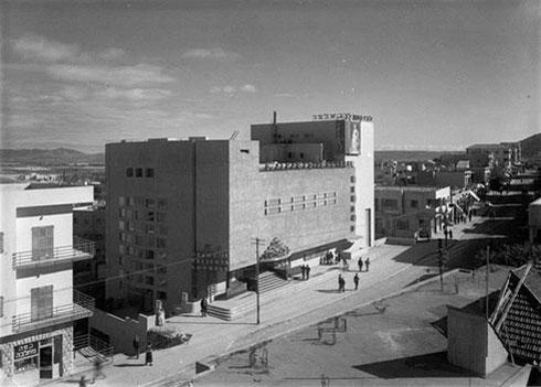 הגוש רב-הרושם של קולנוע אורה, בימיו היפים של רחוב הרצל (צילום: Jewish National Fund photo archive, CC)