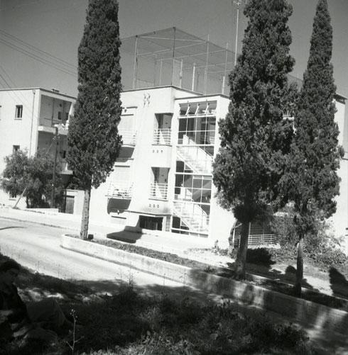 מגרש הטניס על הגג, ומים חמים ללא הפסקה. פינוקים גם בימינו (צילום: Dr. Rozner, Yaacob, n.d., Israel, source: The Jewish National Fund, CC)