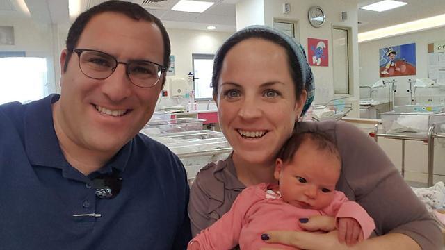 ציפי רימל עם בתה התינוקת ()
