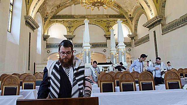 הרב שלמה כובש מתפלל בבית הכנסת אובודה, 7 באוקטובר 2019  (באדיבות עמי
