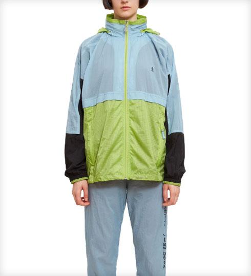 ואפשר גם: מעיל ניילון צבעוני, 771.82 שקל במקום 1,102.60 שקל (צילום: מתוך openingceremony.com)