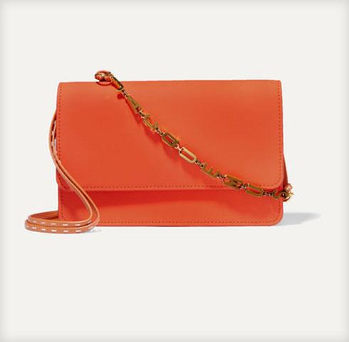 ואפשר גם: תיק ערב כתום של בית האופנה ז'קמוס, 1,108.20 שקל במקום 1,583.13 שקל (צילום: מתוך net-a-porter.com)
