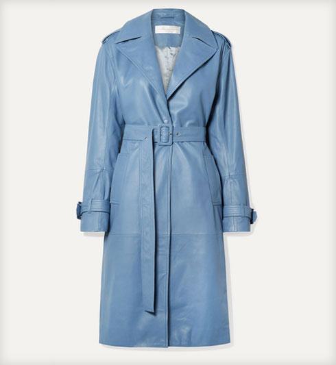 מה לקנות בנט א פורטה? מעיל טרנץ' מעור בצבע תכלת של ויקטוריה בקהאם, 3,129 שקל במקום 4,470 שקל  (צילום: מתוך net-a-porter.com)