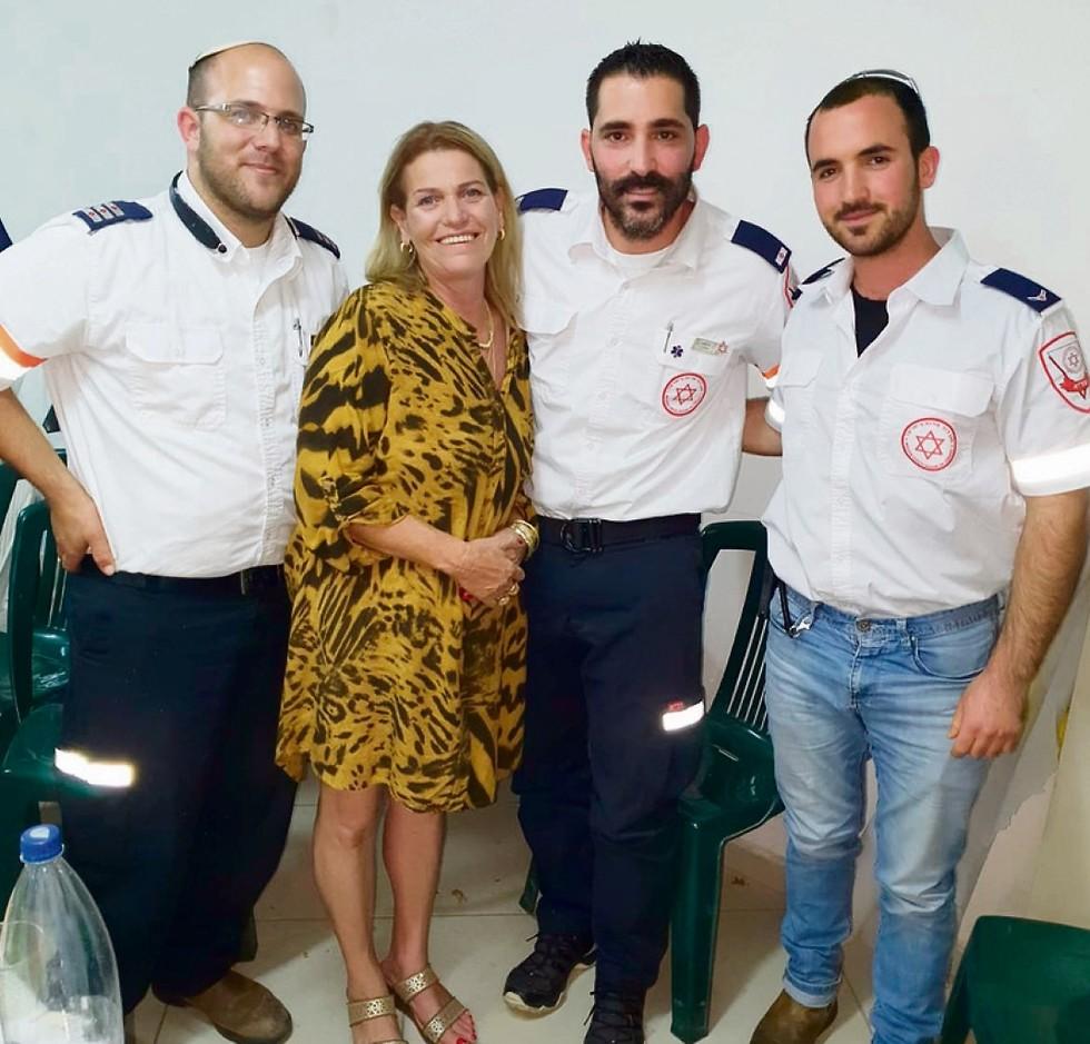 Хана Самборски со своими спасителям - парамедиками скорой. Фото: МАДА