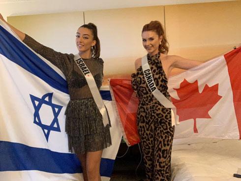 מגיעות מאותו המקום. עם השותפה לחדר - אליסה, מיס קנדה. שמלה: סבינה מוסייב  (צילום: אלבום פרטי )