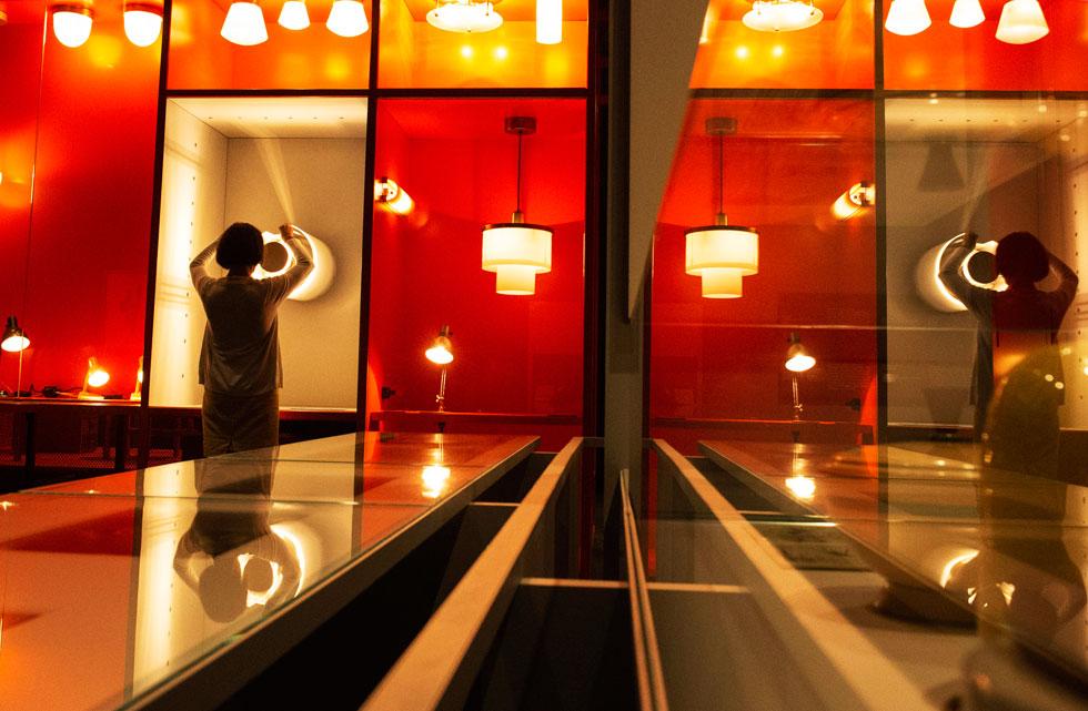 עבודות הסטודנטים מקבלות את הדגש, כשביניהן בולט דגם תלת-ממדי שיצר האדריכל אריה שרון, שהיה כאן תלמיד בסוף שנות ה-20, היגר לארץ ישראל והפך ל''אדריכל המדינה'' (צילום: AP)