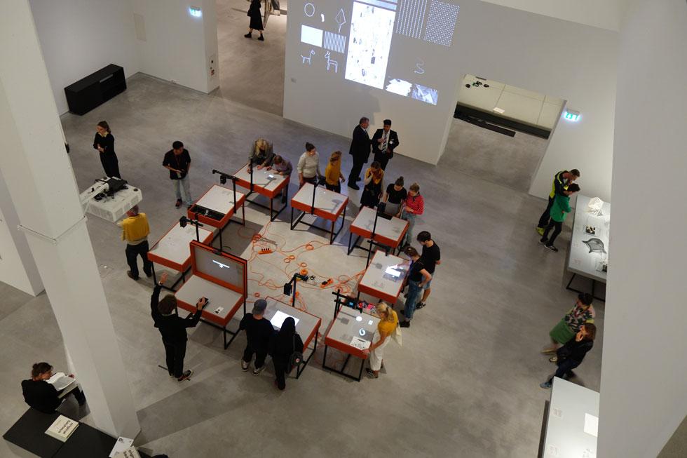 """חוקרת תולדות האמנות, ד""""ר נינה ווידמאייר (Nina Wiedemeyer), מציגה אלף פריטים שנוצרו בבית הספר, כדי לחדד באמצעותם את שאלת מעמדו של הבאוהאוס בזירת התרבות העולמית (מיכאל יעקובסון)"""
