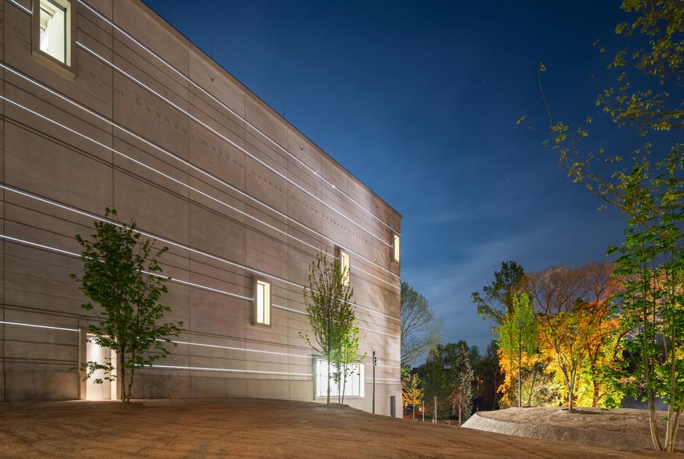 מוזיאון הבאוהאוס בעיר ויימאר, שם נוסד בית הספר ב-1919. מופע תאורה לילי, שהופך את המבנה האטום לחגיגה (צילום: Thomas Müller, Klassik Stiftung Weimar)