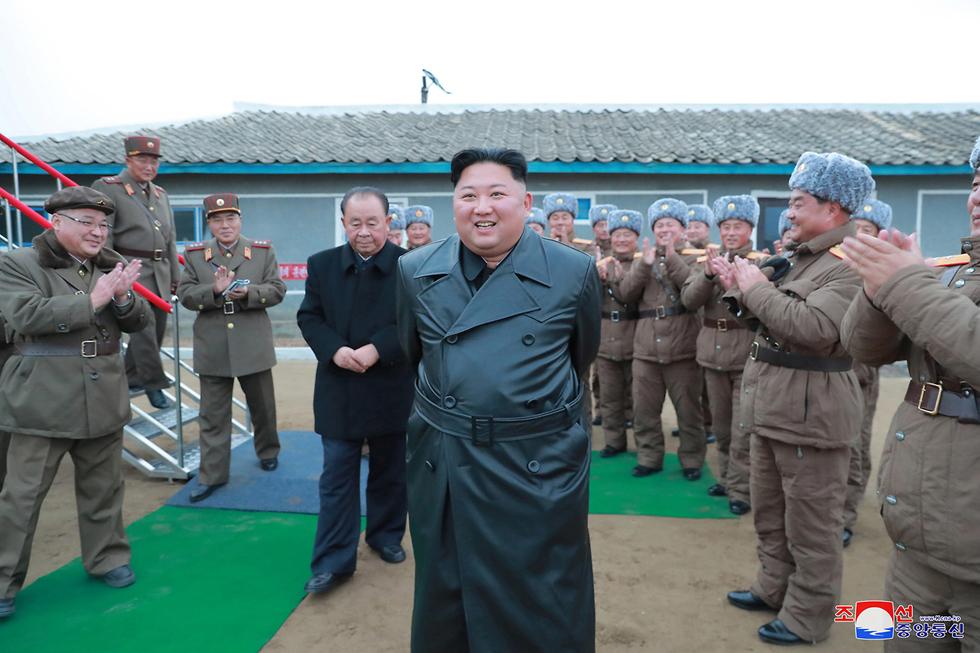 קים ג'ונג און שליט צפון קוריאה ב מעיל עור ב ניסוי נשק של