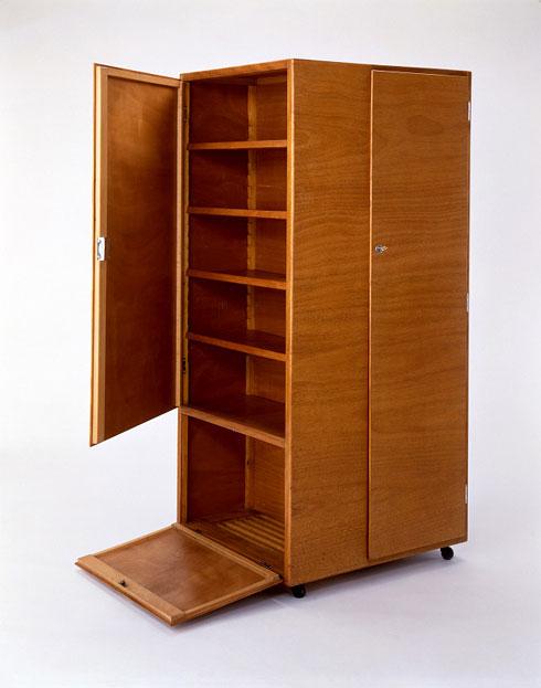 למשל, הארון הזה של יוזף פוהל, 1930 (Bachelor's wardrobe on castors, design: Josef Pohl, 1930,Bauhaus-Archiv Berlin / Fotostudio Bartsc)
