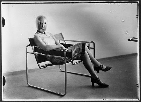 תעלומה בלשית: היא בוודאי הייתה קשורה לאחד מאנשי הבאוהאוס, אבל מי היא הייתה? (צילום: Erich Consemüller, Bauhaus-Archiv Berlin/ © Dr. Stephan Consemüller)