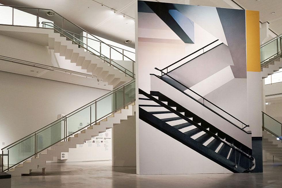 """התחנה השלישית והאחרונה של באוהאוס הייתה ברלין, לפני שנסגר בהוראת הנאצים. בגלריה העירונית מתקיימת תערוכה מעניינת בימים אלה (Installation view """"original bauhaus"""", installation by Renate Buser, photo: Catrin Schmitt)"""
