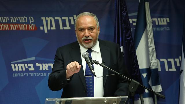 אביגדור ליברמן בפתח ישיבת הסיעה של ישראל ביתנו (צילום: עמית שאבי )