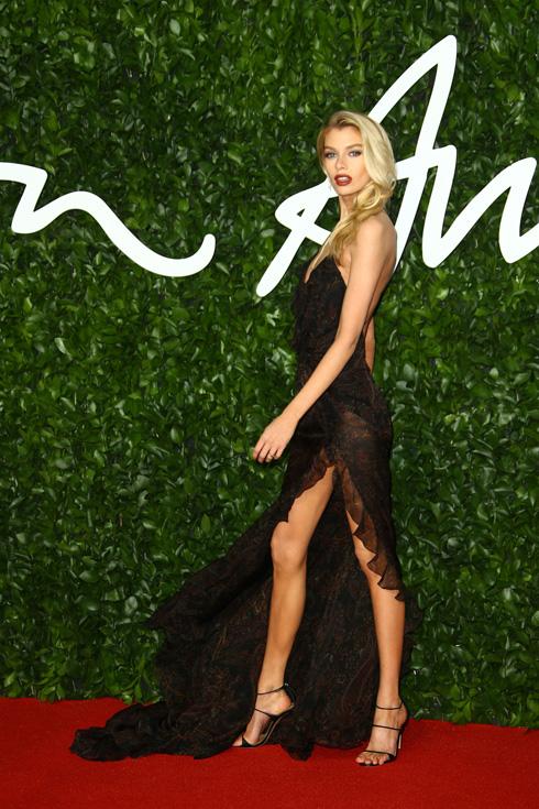 הדוגמנית סטלה מקסוול בשמלת תחרה סקסית ושחורה של בית האופנה האיטלקי אטרו (צילום: AP)