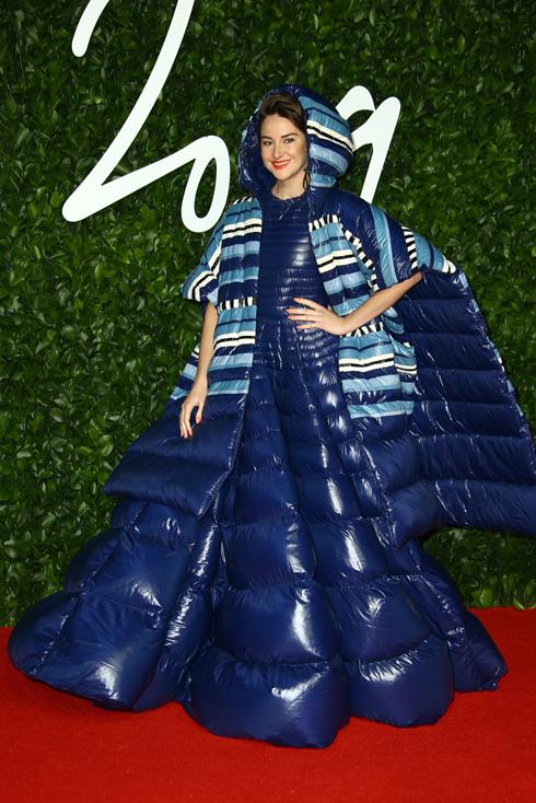 השחקנית שיילין וודלי בהופעה מוחצת וחמימה עם שמלת פוך בעיצוב מונקלר x ולנטינו  (צילום: AP)