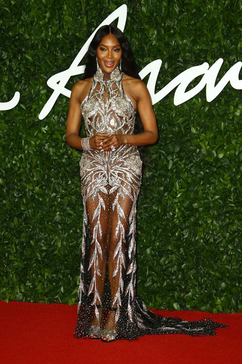 נעמי קמפבל במראה מעט חיוור אם כי מתוחכם, מקבלת את פרס אייקון האופנה של השנה בשמלה של אלכסנדר מקווין  (צילום: AP)