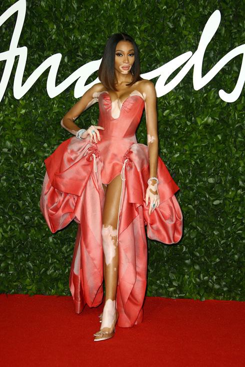 וויני הארלו, שהפסידה את פרס דוגמנית השנה, התנחמה בשמלה בגוון אפרסק של ויויאן ווסטווד (צילום: AP)