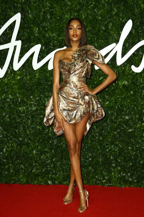 הדוגמנית ג'ורדן דאן בשמלת מיני מוזהבת של ויויאן ווסטווד  (צילום: AP)