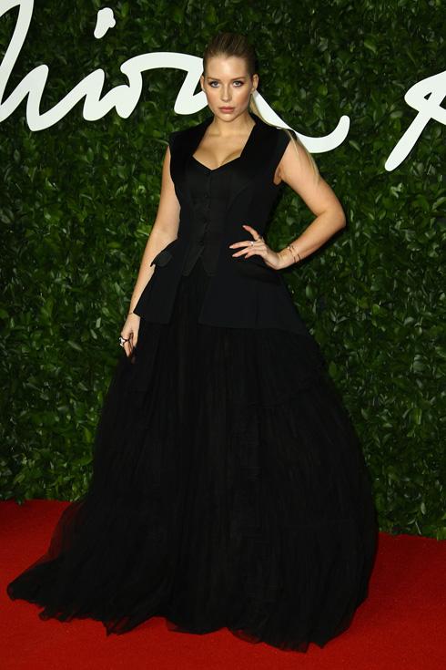 לוטי מוס, האחות הצעירה של קייט מוס שנפקדה מהאירוע, בשמלת ערב שחורה של אלברטה פראטי. למה לא לפרגן למעצבים בריטיים? (צילום: AP)