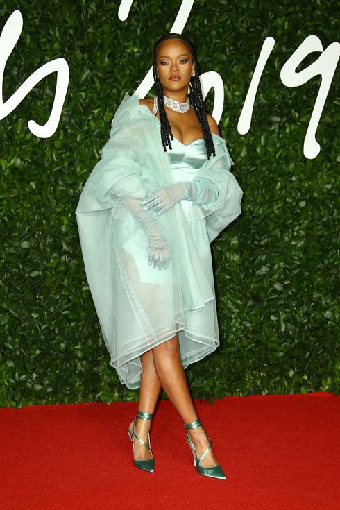 אפשר היה להשקיע קצת יותר. ריהאנה בטוטאל לוק של פנטי  (צילום: AP)