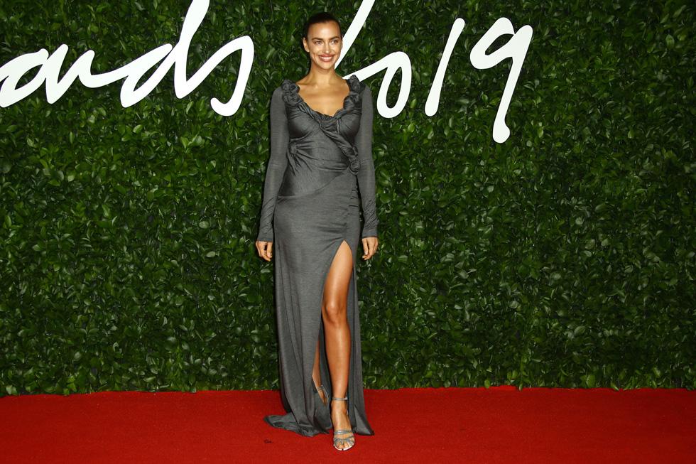 מפרגנת לבית אופנה בריטי: הדוגמנית אירינה שייק בשמלת מעטפת אפורה בעיצוב ריקרדו טישי לברברי (צילום: AP)