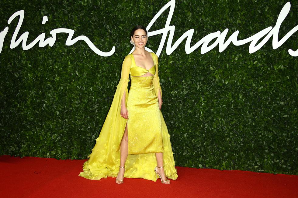 על השטיח האדום: השחקנית אמיליה קלארק בטוטאל לוק צהוב של סקיאפרלי  (צילום: AP)