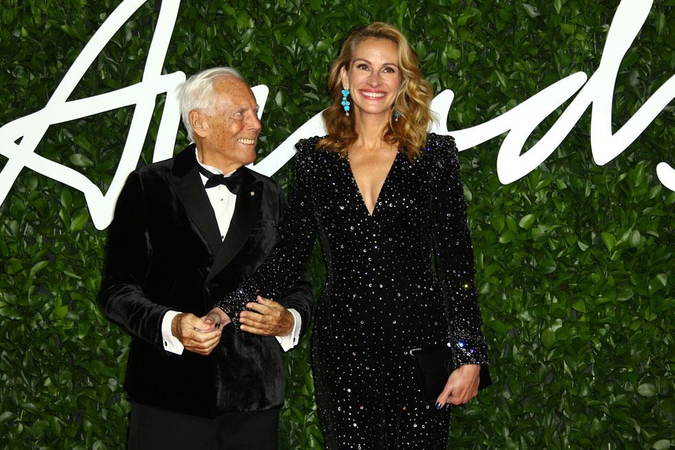 """""""תמיד נוח לי בארמאני, והנינוחות הזו מתורגמת בקלות לביטחון עצמי"""". ג'וליה רוברטס מגיעה עם המעצב לטקס פרסי האופנה הבריטיים (צילום: AP)"""