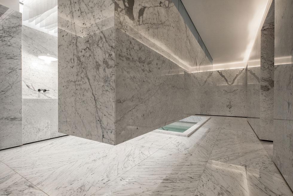 נדמה שלא נעשה כאן מאמץ ליצור אווירה חמימה ומזמינה, אלא ניסיון לשקף את המושג ''טוהר'' באמצעות עיצוב נקי ובהיר שמבוסס על חומרים טבעיים (צילום: Yoshihiro Koitani + Aby Helfon y Ramón Helfon)