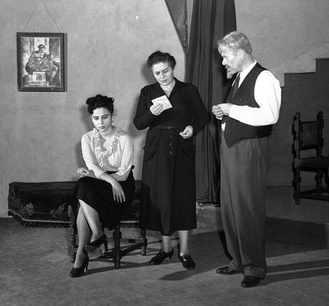 """""""עכשיו יודעת אני, מה היה לך כל אותם הימים"""". השחקנית  רחל מרכוס, אמה של תרצה אתר, בהצגת תיאטרון """"הקאמרי"""" ב-1952   (צילום: פריץ כהן, לע""""מ)"""