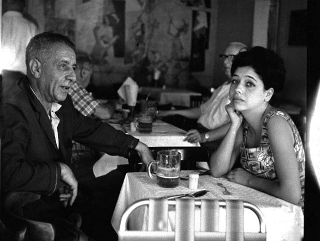 """תרצה אתר ואביה, נתן אלתרמן, בקפה """"כסית"""", 1960  (צילום: אברהם ברזילי, אוסף דן הדני , הספרייה הלאומית, cc)"""