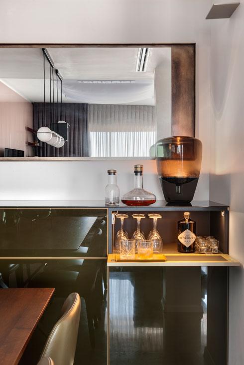 מנורה של דן יפת על שידה בהזמנה מיוחדת. היא מכילה מעט כלים לשולחן האוכל, ובעיקר את מערכות הבית החכם (צילום: עודד סמדר)