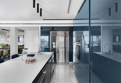 משטח קוריאן וארונות מיציקת פלסטיק. ''בנתניה היה המטבח היה מנותק. פה רציתי פתוח לגמרי'' (צילום: עודד סמדר)