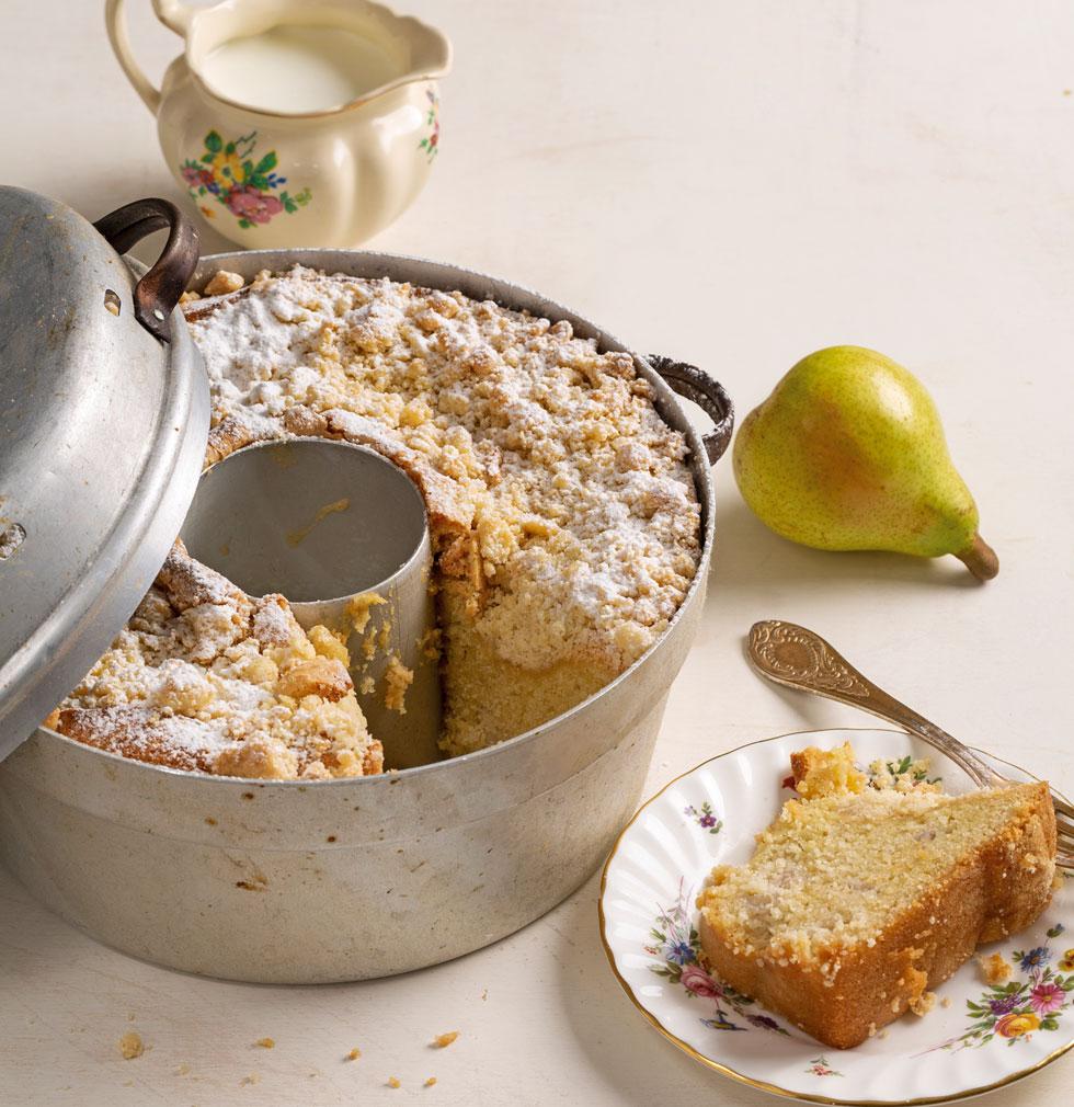 : עוגת אגסים ושטרויזל (צילום: בועז לביא, מתכון וסגנון: עמית דונסקוי)