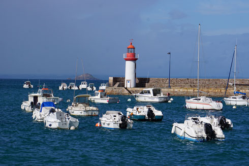 ים, מגדלור ויאכטות. מראה נפוץ בחופי נורמנדי  (צילום: צביקה בורג)